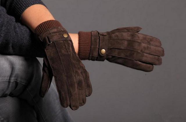 Он своей сильной рукой в замшевой перчатке