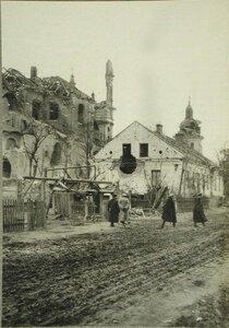 Вид разрушенного дома и храма на одной из улиц  города, подвергшегося обстрелу австрийской артиллерии.