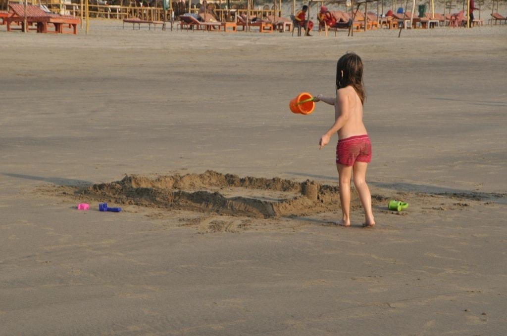 В стоительстве замка задействованы родители, в разрушении - дети