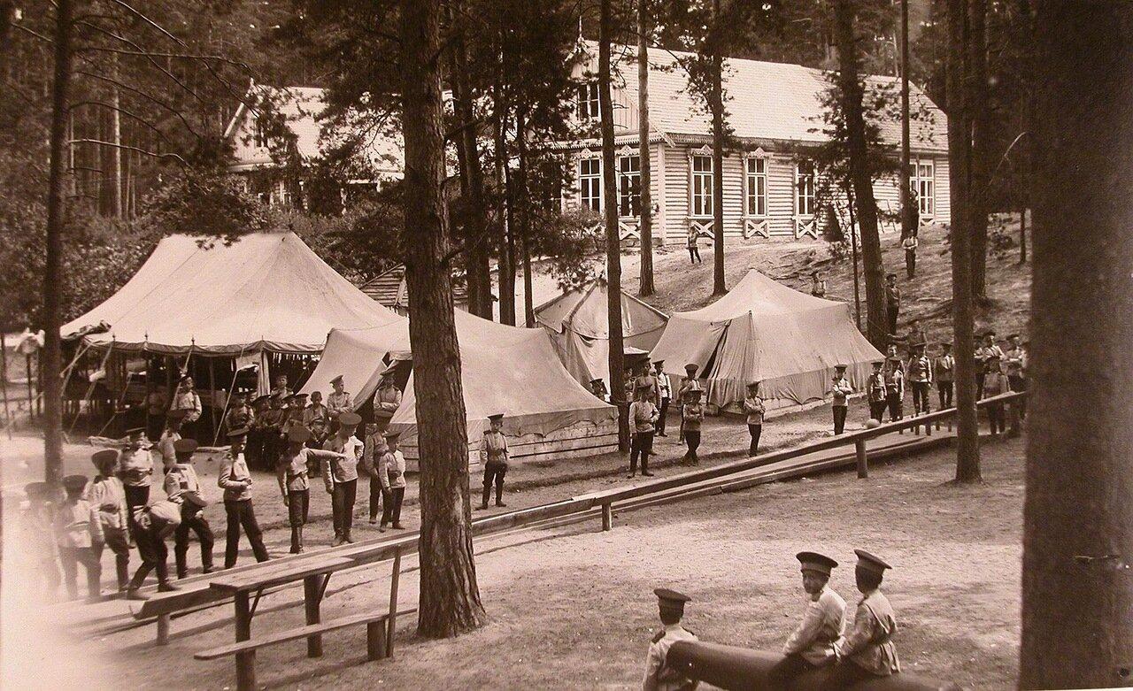 05. Потешные играют в кегли на площадке у палаток летнего лагеря