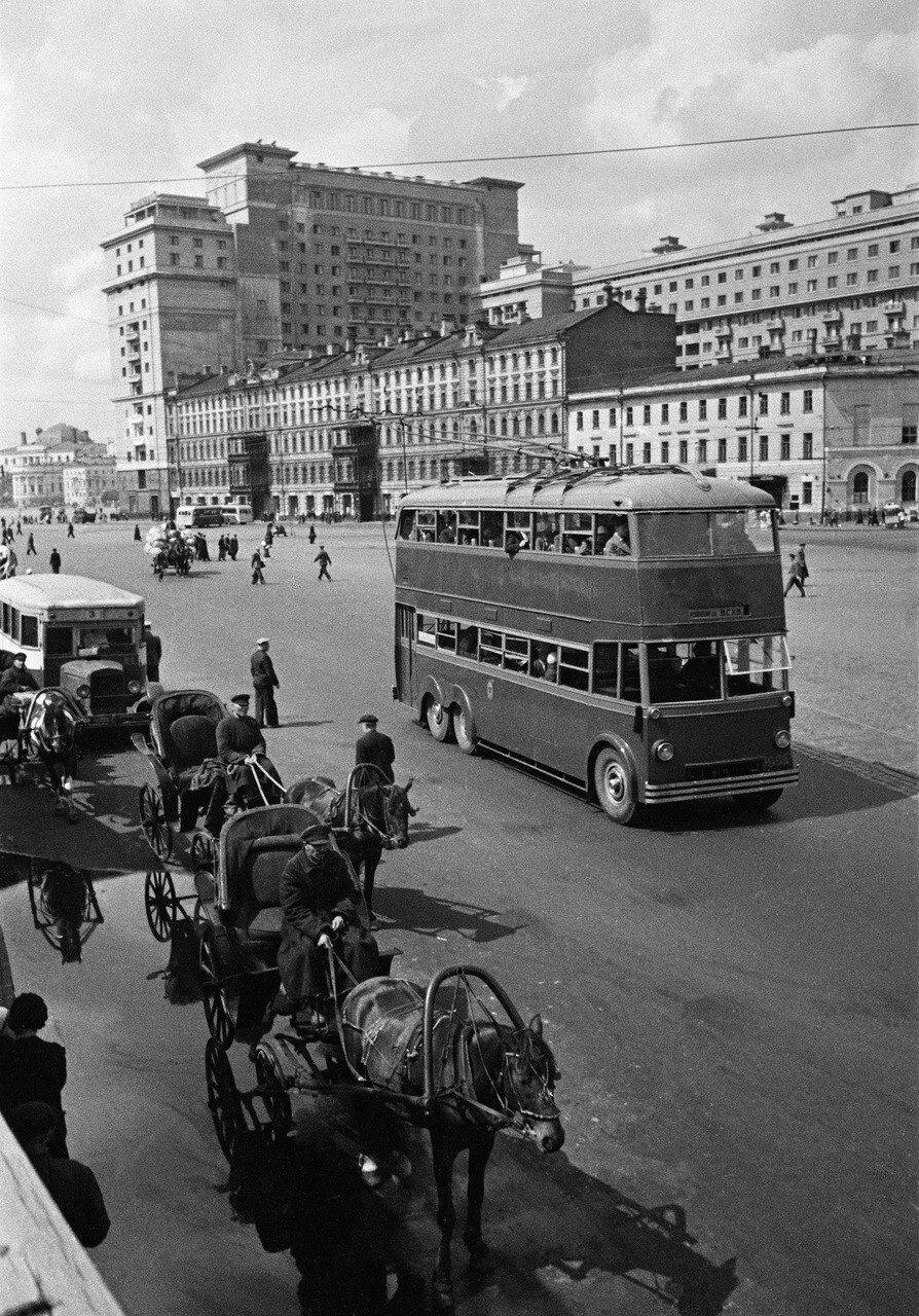 1939. Двухэтажный троллейбус в Москве с маршрутом Лубянская пл. - ВСХВ,