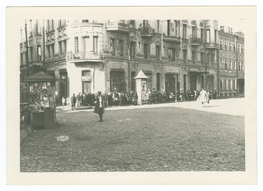 Lineup in front of a liquor store; intersection of Bolshaya Nikitskaya and Merzlyakovsky, Moscow; 1930.jpg