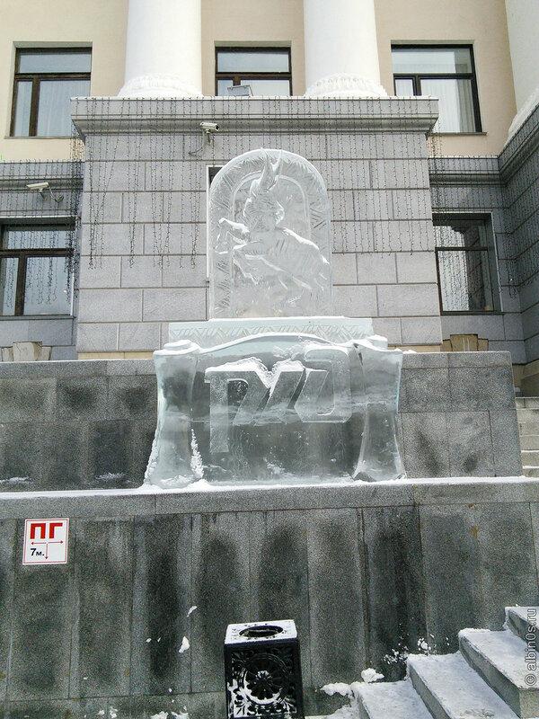 Ледяная скульптура перед зданием РЖД