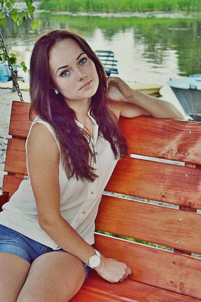 Юная красотка с голубыми глазами