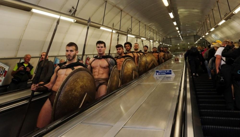 300 спартанцев влондонском метро— крутейший флешмоб (12 фото)