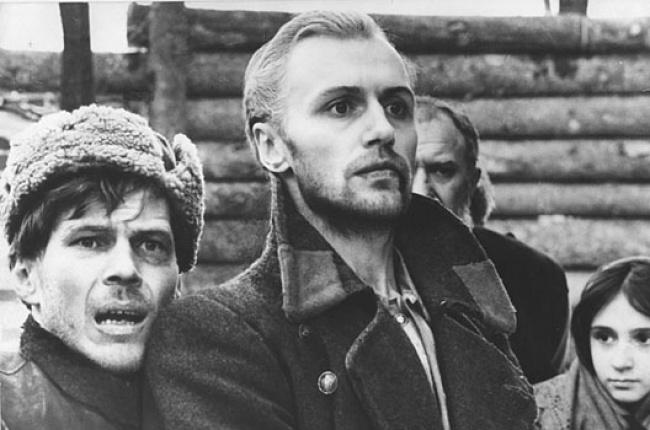 Фильм рассказывает о судьбе двух партизан, попавших в плен к фашистам. Чтобы снять эту непростую ист