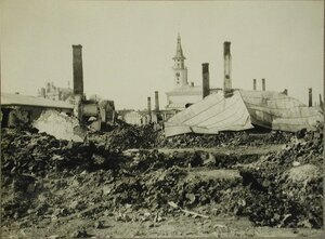Вид части деревни, разрушенной огнем русских частей. Церкви сохранены.
