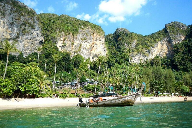 Пляж Pai Plong Beach с лодкой на причале