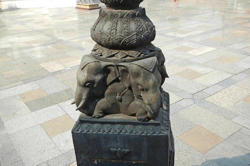 Слоники в основании фонаря - Храм Ват Сутхат (Wat Suthat Thep Wararam) и гигантские качели в Бангкоке