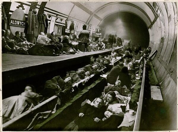 Лондонцы прячутся в метро от бомбёжки. Апрель 1941 г..jpg