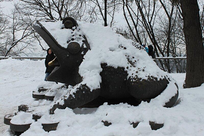 Бронзовая жаба под снегом