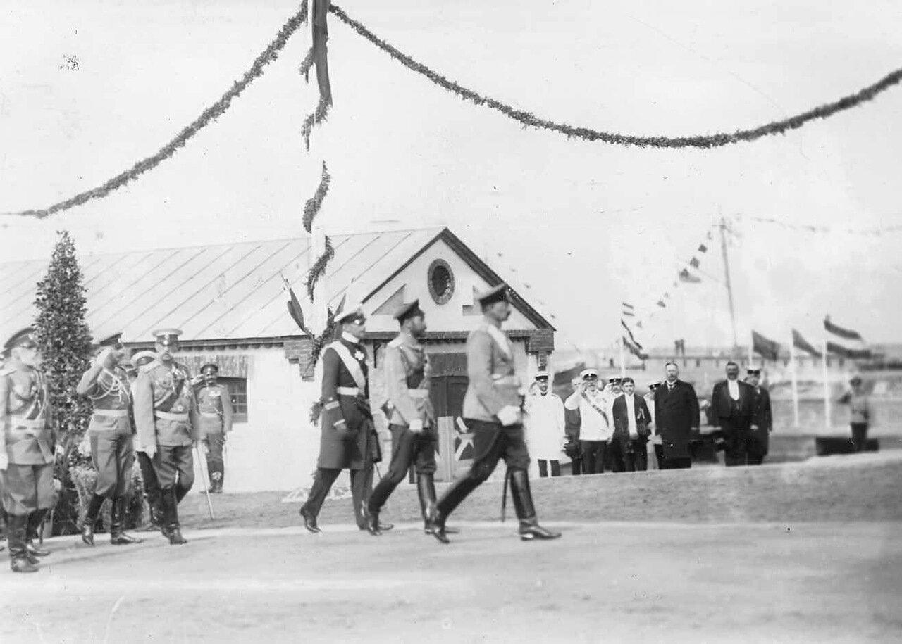 31. Императоры Николай II, Вильгельм II и принц Альберт направляются на парад