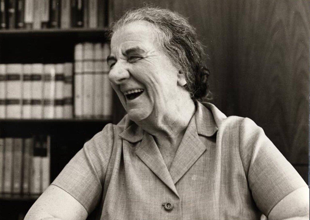 1970.  Голда Меир в своем офисе