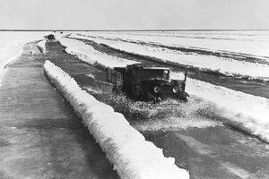 1942, весна. Машины с продовольствием идут в Ленинград по льду Ладожского озера