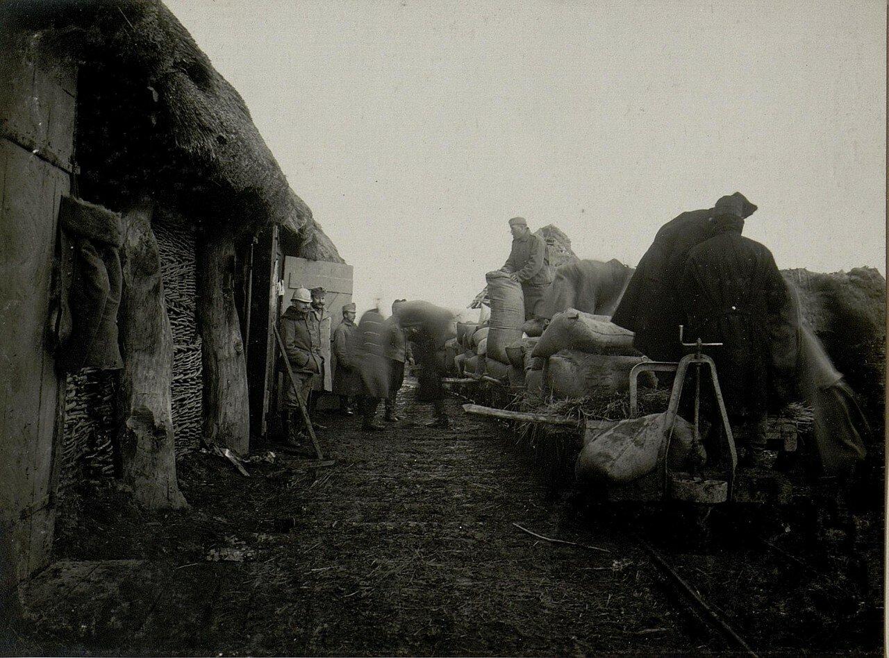 Острожец. Разгрузка подвод на станции. 28.I.1916