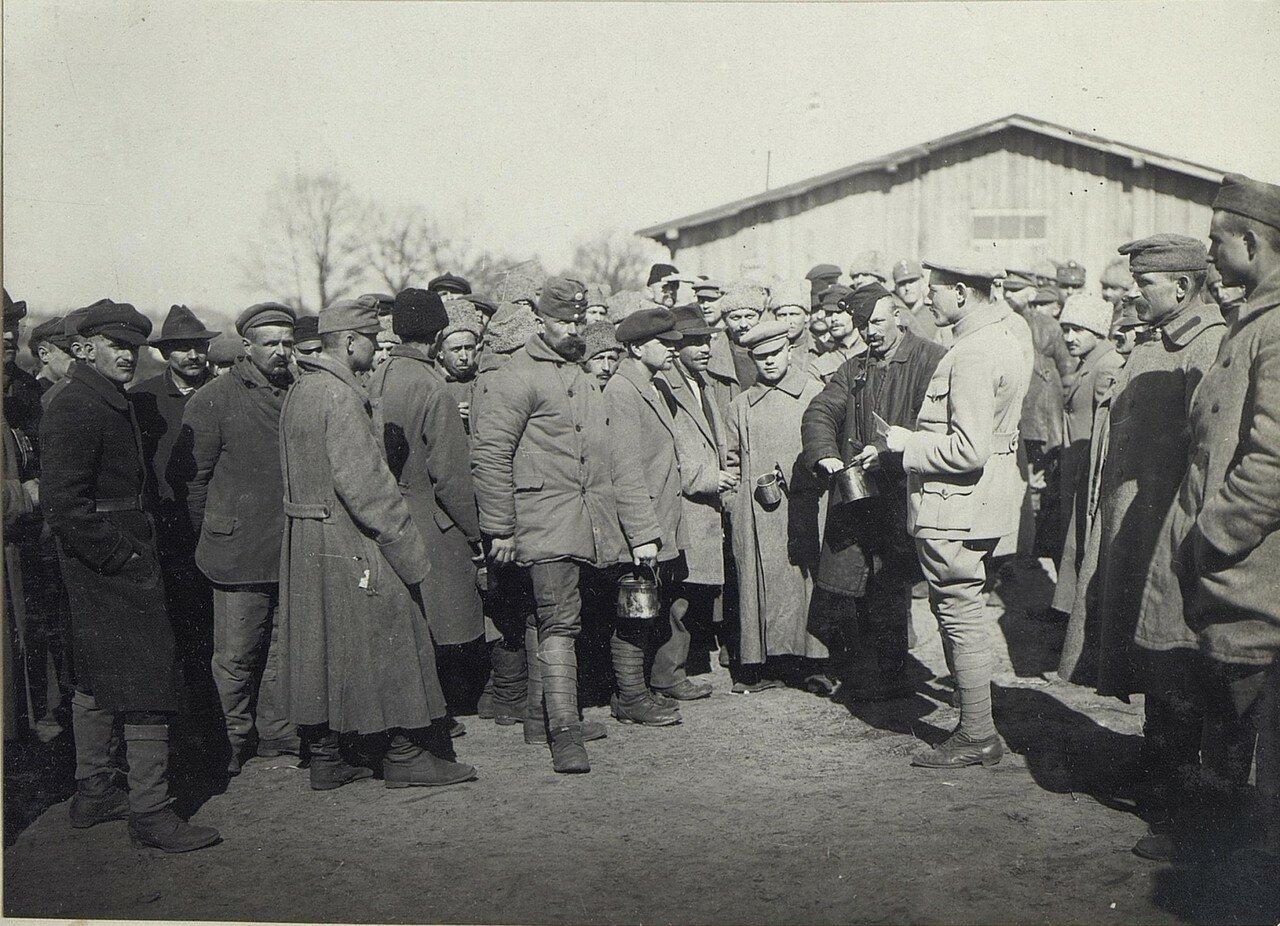 Русские военнопленные встречаются с вернувшимися из плена австрийцами