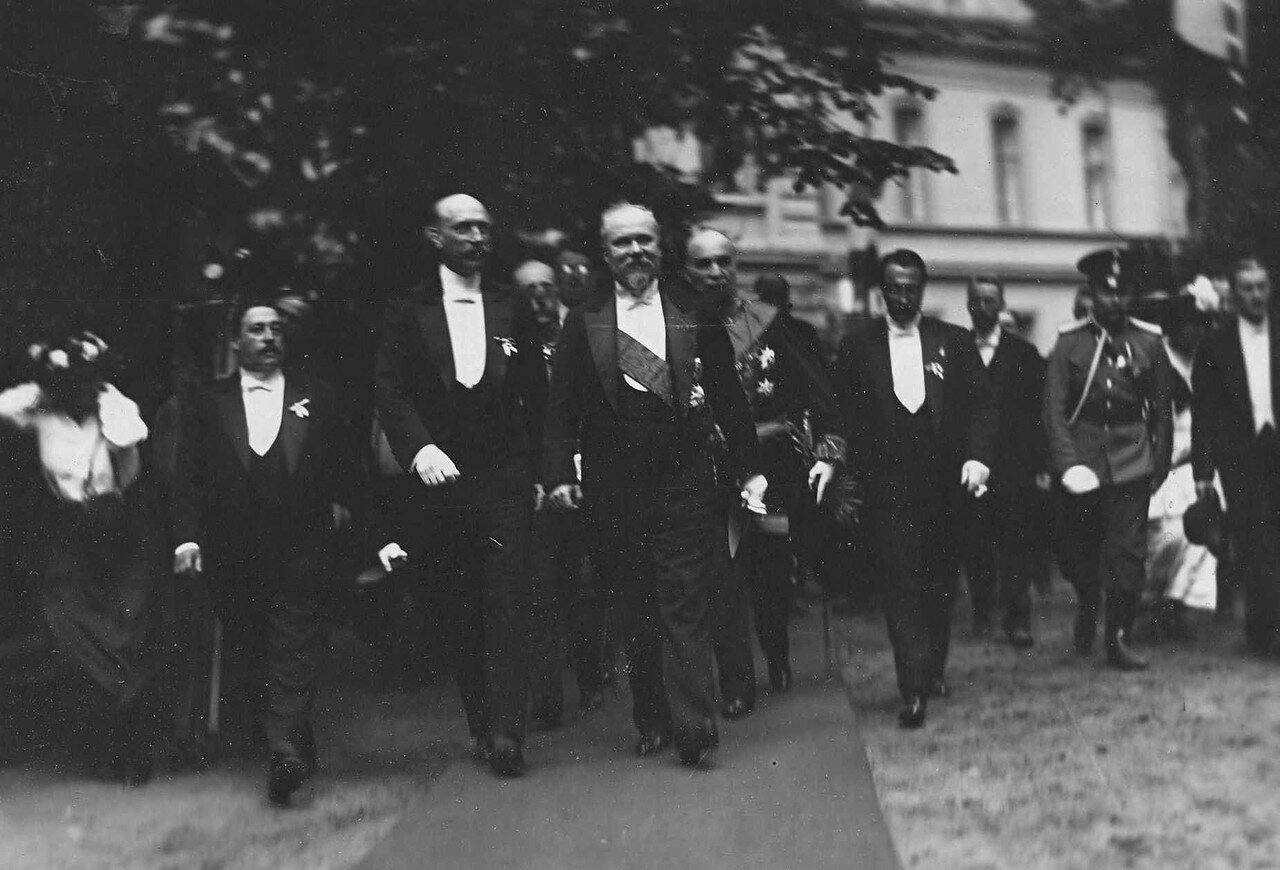 55. Пуанкаре и сопровождающие его лица у Большого Петергофского дворца