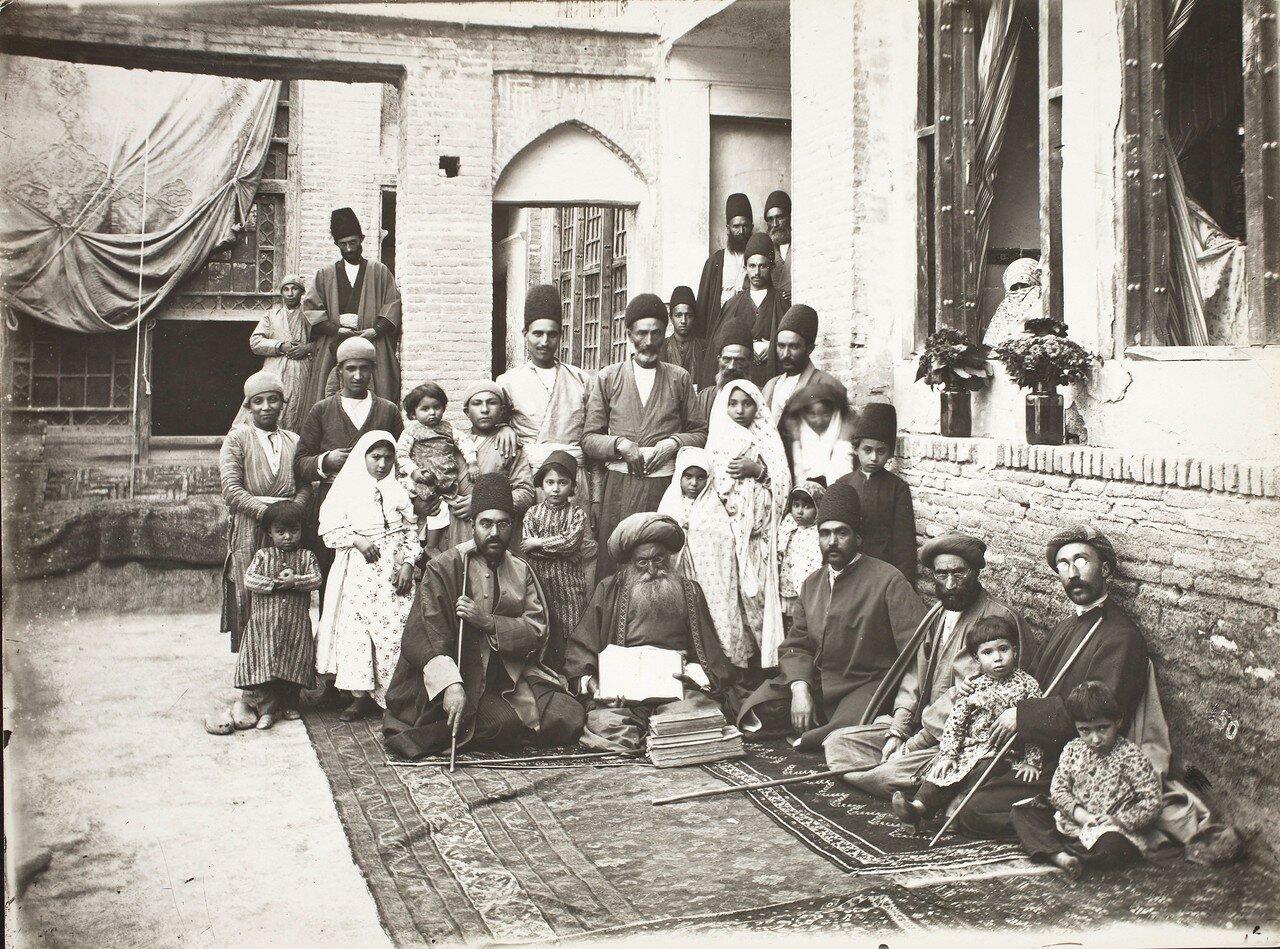 Портрет знаменитого еврейского врача Хакима Нур-Махмуда с семьей, пациентами и сослуживцами