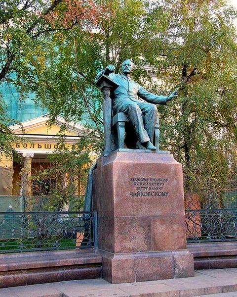 Памятник Чайковскому у консерватории.jpg
