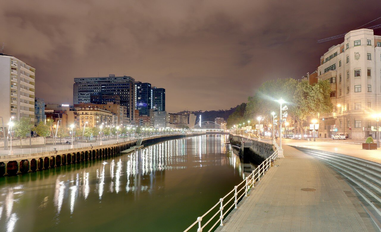Бильбао ночью. Река Нервьон.