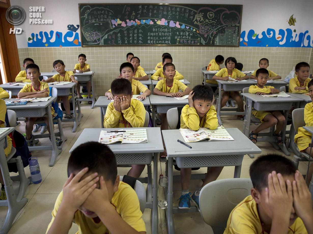 Китай. Цинъюань, Гуандун. 13 июня. Вряд ли это разбор тактических схем — обыкновенные школьные занят