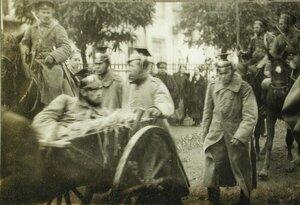 Пленные уланы в сопровождении конной охраны на марше.