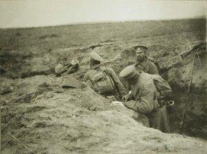 Русские солдаты пишут письма домой прямо в трашеях.