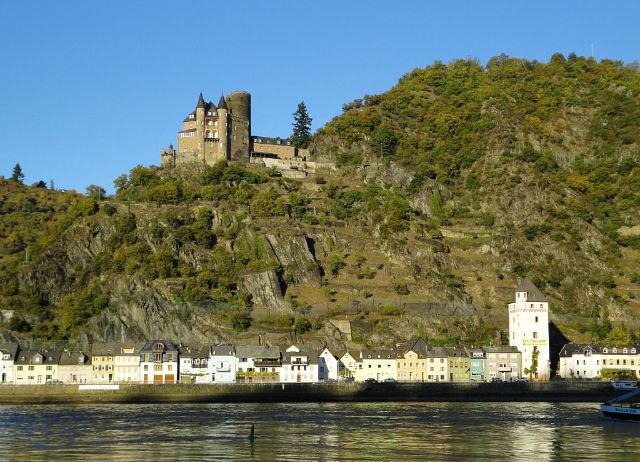 24. На участке от Кобленц до Рюдесхайм вы встретите десятки замков. Снято на мыльницу три года назад.