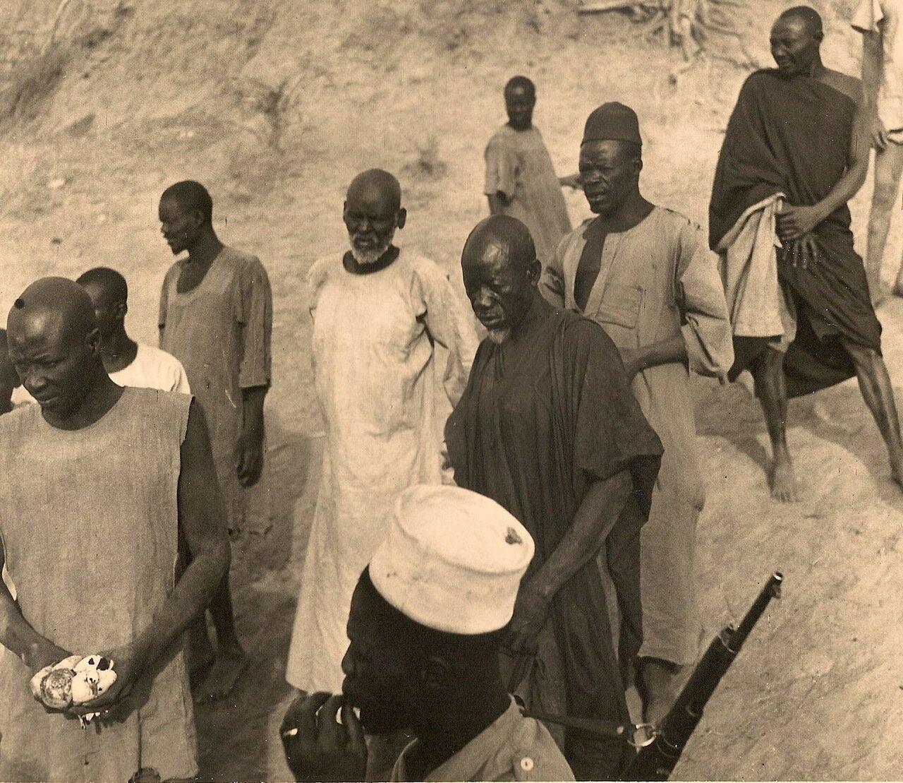 11. Группа местных жителей