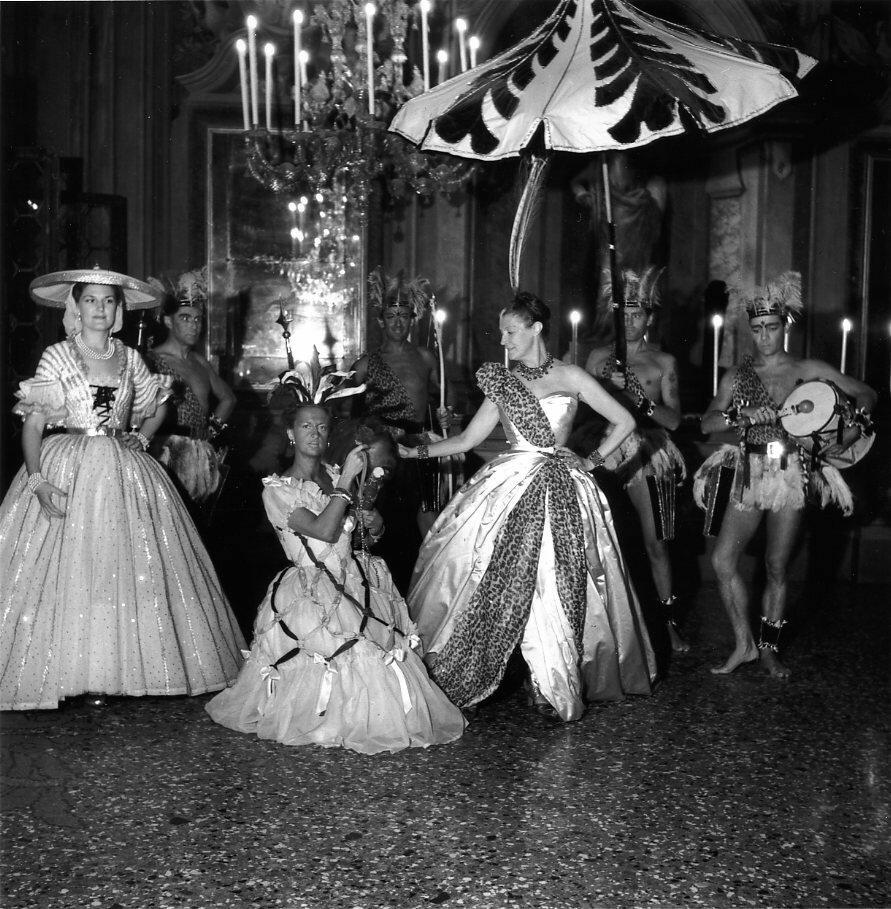 1951. Г-жа Дейзи Феллоуз и ее окружение на балу в Венеции