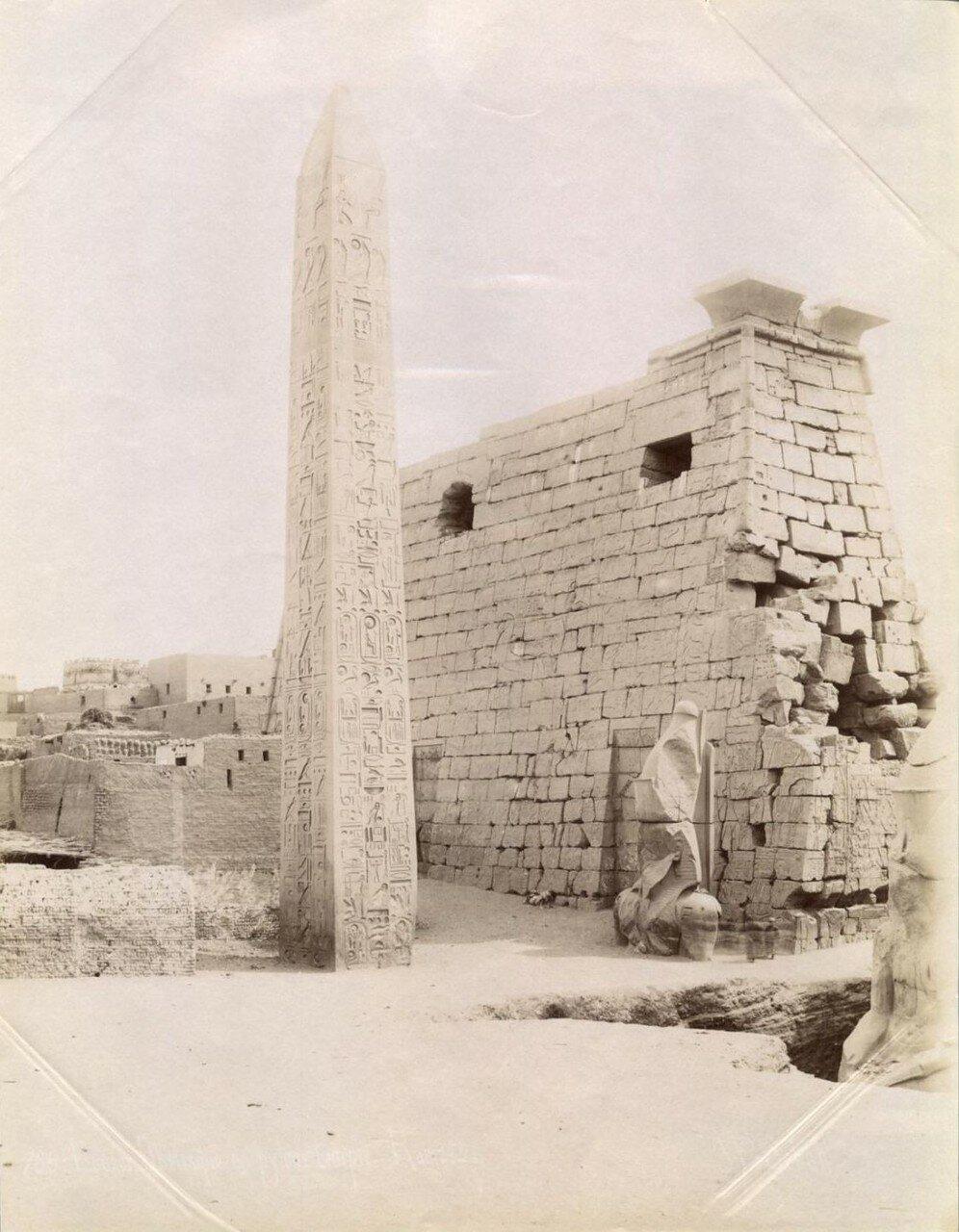 Луксорский храм.  Обелиск Рамсеса II