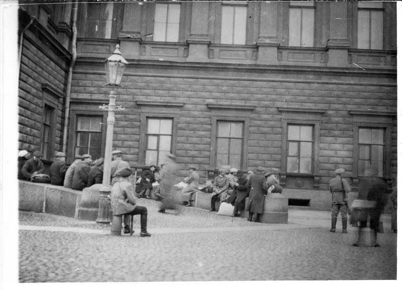 1918. Петроград. Взятые большевиками в заложники люди перед Мариинским дворцом
