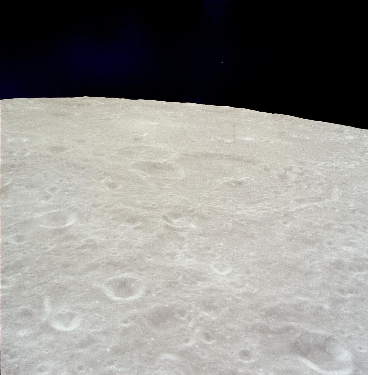Во время второго витка экипаж провёл телетрансляцию, показав места, над которыми корабль будет пролетать перед тем, как «Орёл» начнёт снижение.