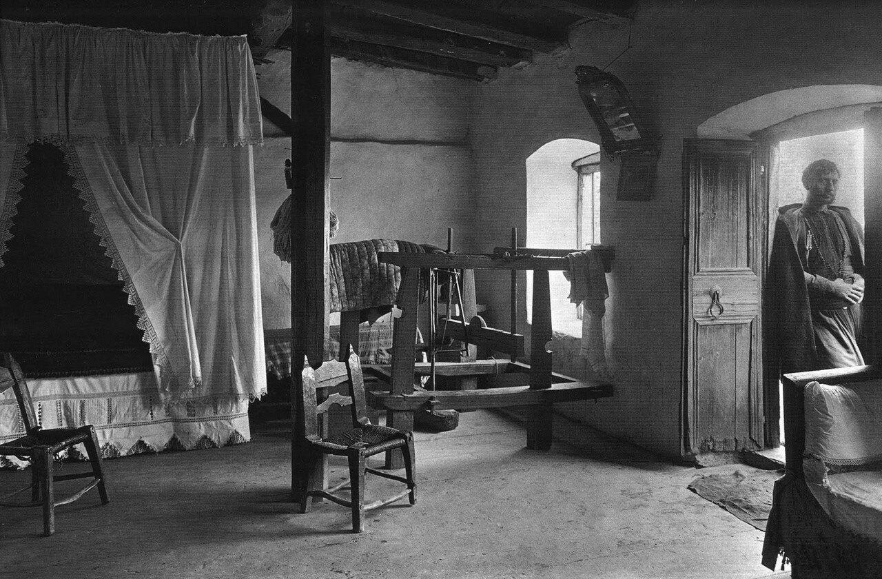 1911. Крит, внутри дома