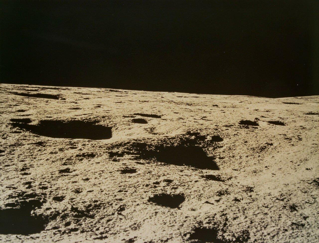 Посадка на Луну произошла 5 февраля 1971 года в 9 часов 18 минут 11 секунд GMT. Бортовое время посадки 108 часов 55 минуты 13 секунд. На снимке: Лунный пейзаж в районе Фра Мауро