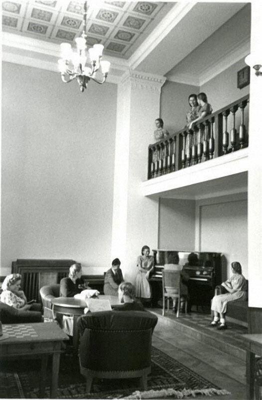 МГУ. Холл в общежитии главного корпуса. Автор Драчинский Николай, 1953.jpg