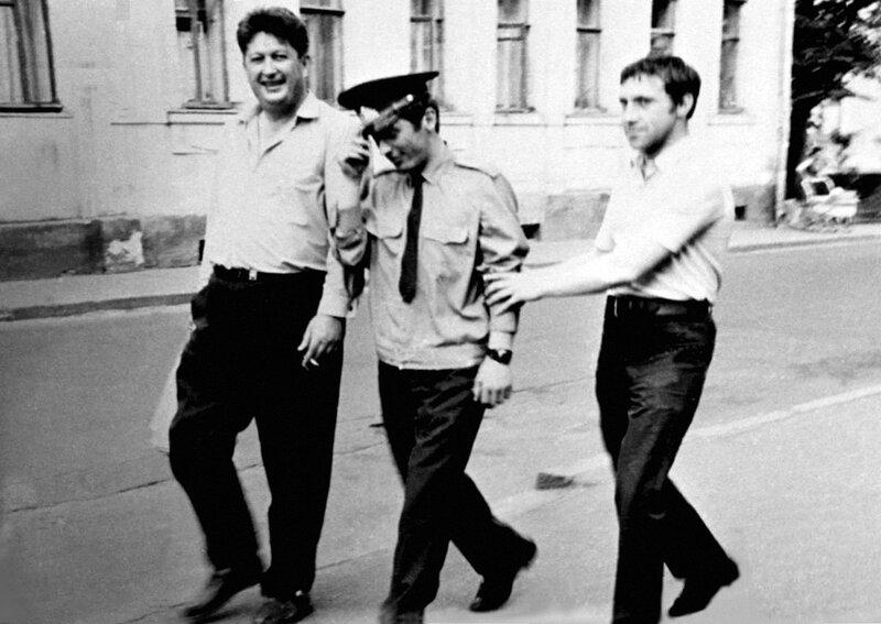 Владимир Высоцкий и Валентин Савич с милиционером в Москве. Фото 1970 года.jpg
