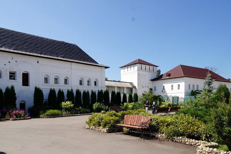 Гостиный корпус 17 в., Тайницкая башня и Погребной корпус 16 в., Свято-Пафнутиев Боровский монастырь