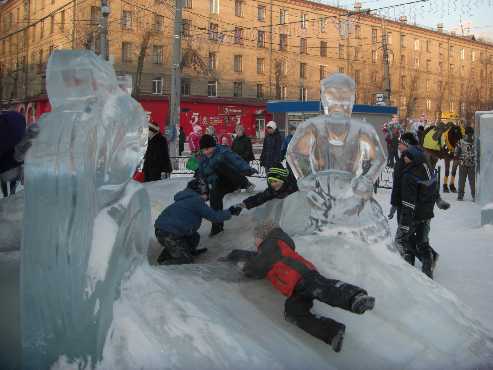 Ледяная чаша больше интересовала мальчишек (09.02.2015)