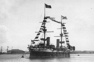 Военный итальянский корабль на Кронштадтском рейде.