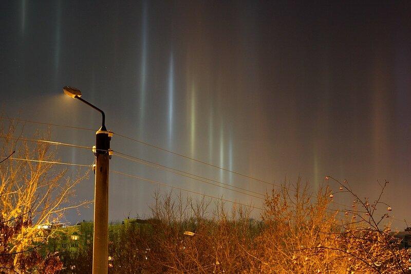 Световые столбы в морозном небе над городом Кировом. 1 января 2015 г.