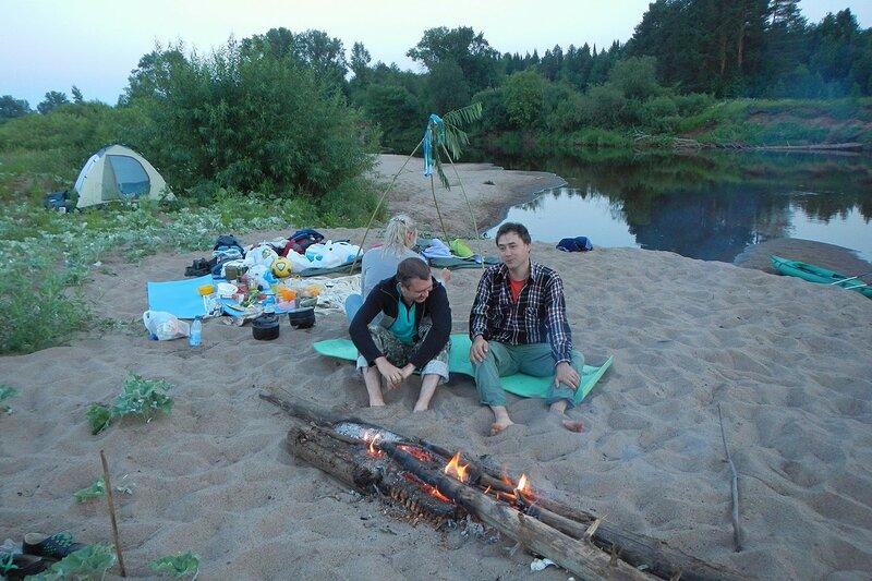 Лёшка, Антон и Катя перед костром ночью в походе на ночной стоянке на реке Белая Холуница, луна на небе и палатка у куста