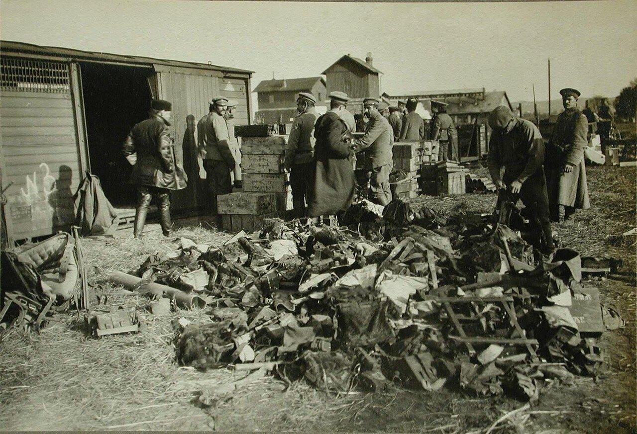 23. Русские солдаты разбирают арсенал, брошенный австрийцами при отступлении