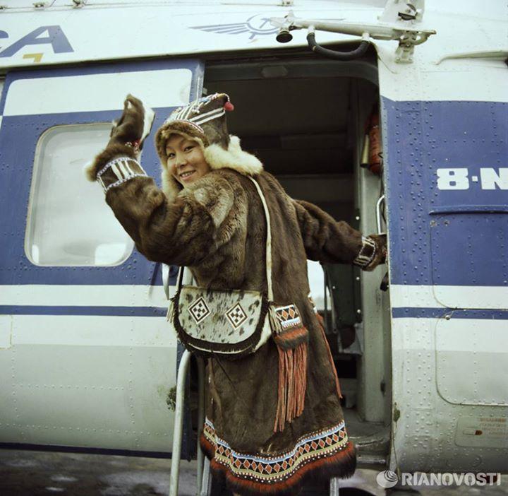 Жительница камчатской области в национальной одежде поднимается на борт самолета. Всеволод Тарасевич 1981 год.jpg