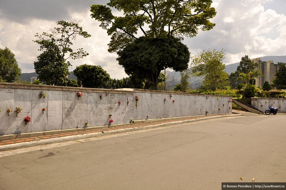 0 14e9b9 b27c4ea9 orig День 171. Кладбище, где похоронен колумбийский наркобарон Пабло Эскобар, и его дом в Медельине