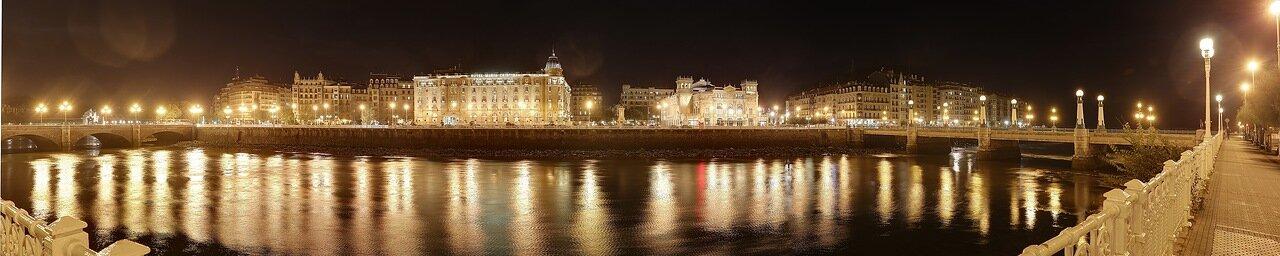Доностия-Сан-Себастьян. Набережная республики Аргентина (República Argentina Kalea) ночью.