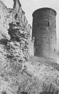 Длинношеяя башня с участком восточной крепостной стены Переднего города