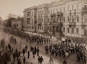Офицеры и солдаты возвращаются с парада по одной из улиц города.