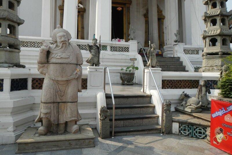 Скульптуры в китайском стиле перед входом в храм Ват Сутхат (Wat Suthat Thep Wararam) в Бангкоке