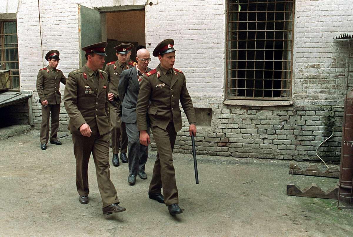 В путь-дорогу под усиленным конвоем: Маньяк Андрей Чикатило (1990 год)